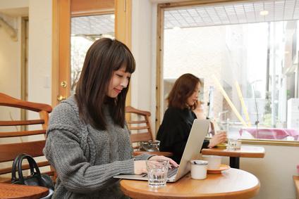 喫茶店でPCを使う人